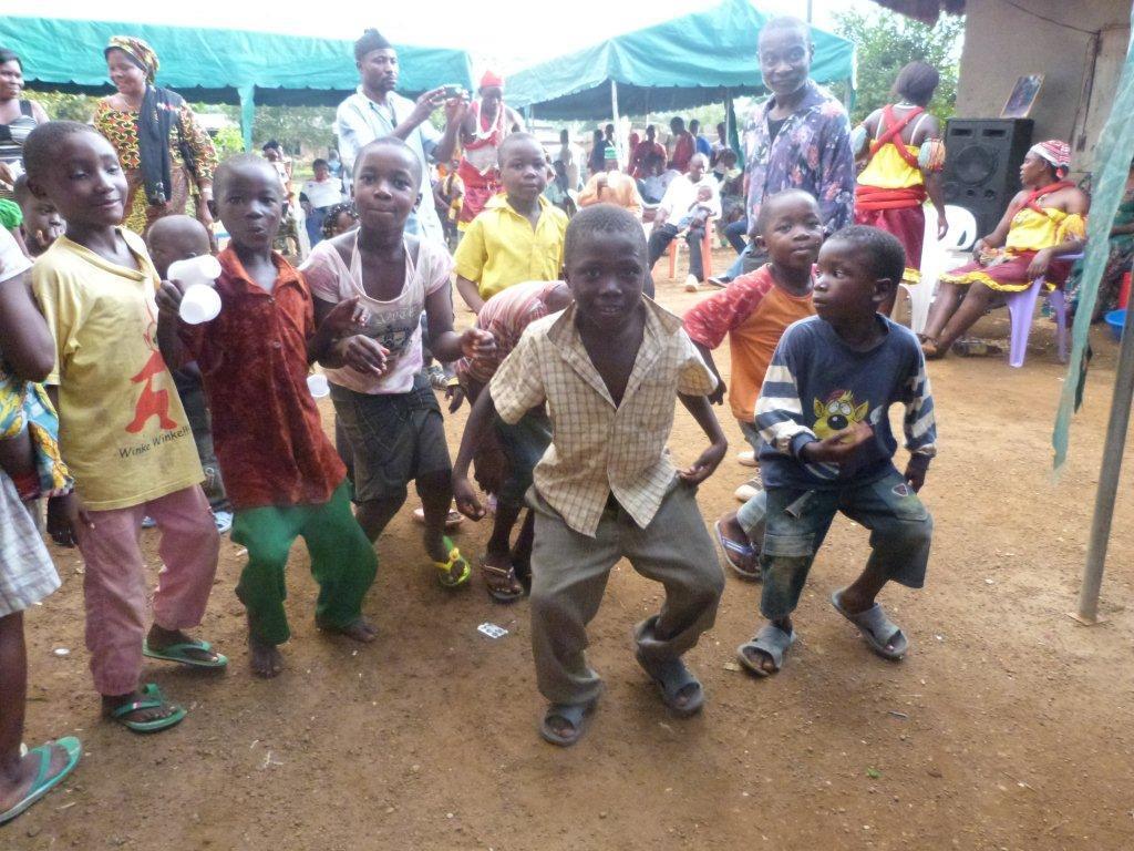 Afrikaanse kinderen dansen blij